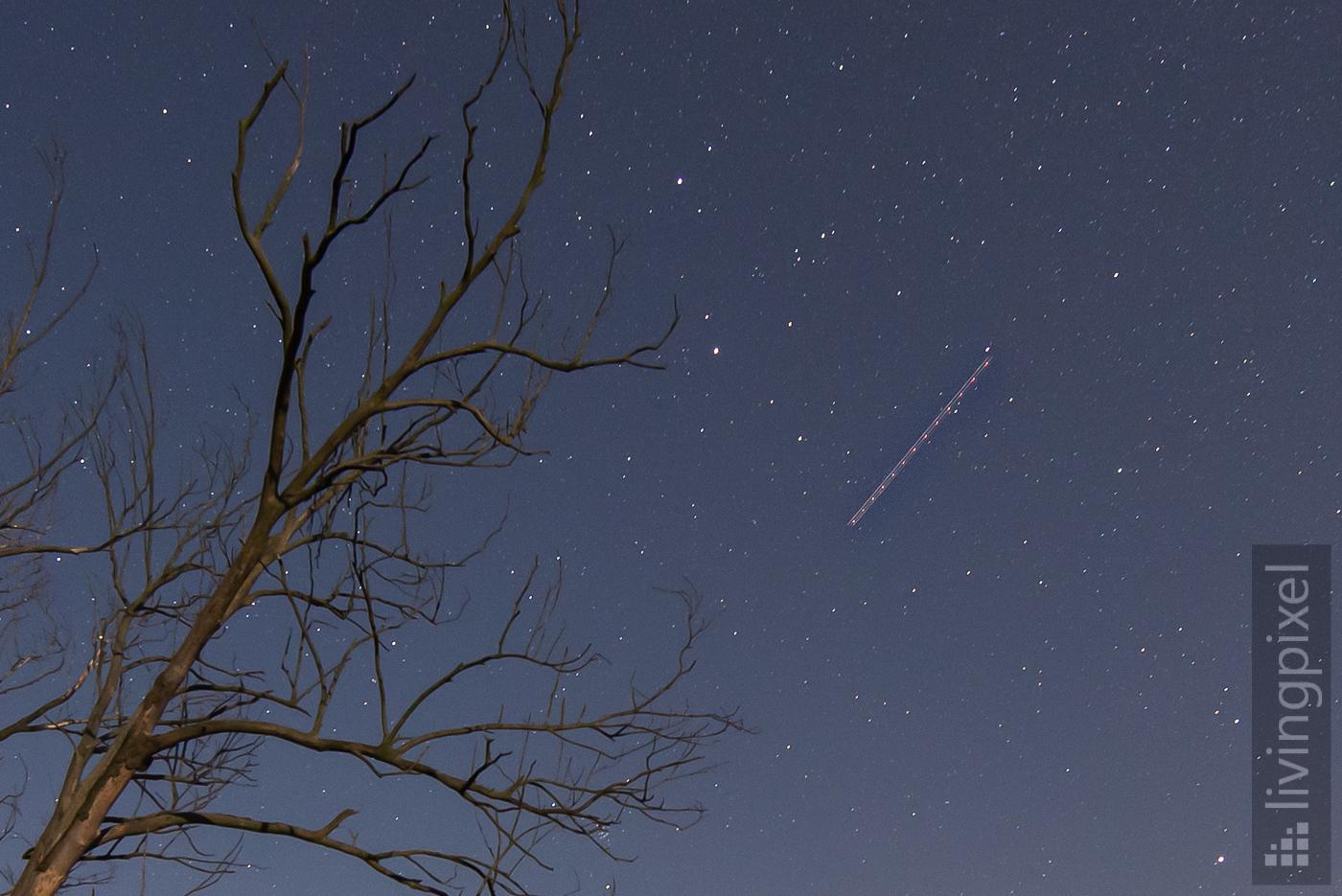 Flugzeug (Ausschnitt) am Sternenhimmel